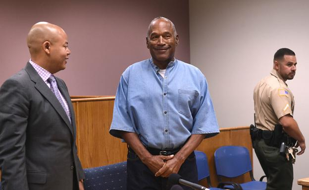 O.J. Simpson tras recibir la condicional en la prisión de Lovelock /REUTERS/
