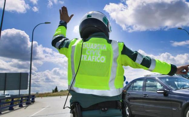 Un agente de Tráfico realizando un control./