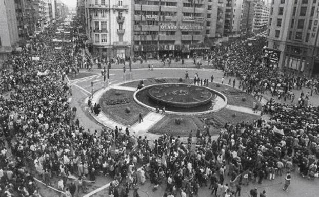 Imagen de la manifestación a su paso por la Plaza de Santo Domingo.