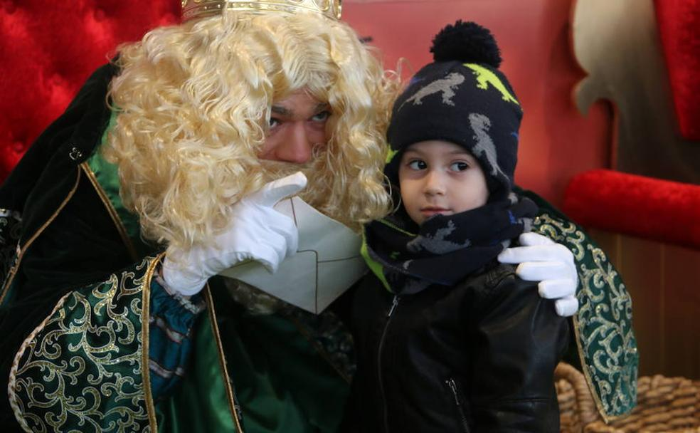 Los pequeños entregaron sus cartas a los Reyes Magos
