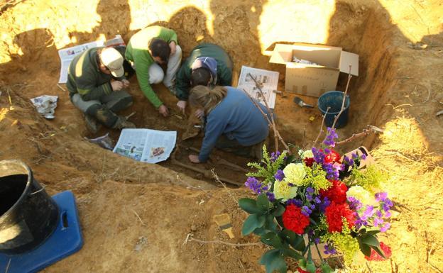 Imagen de la exhumación de víctimas del franquismo en la 'curva de Magaz'./ARMH