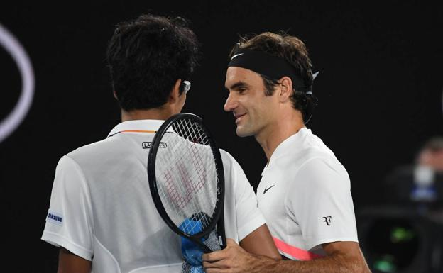 Roger Federer saluda a Hyeon Chung.