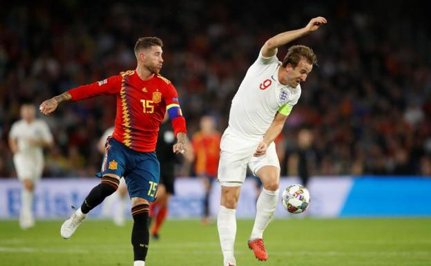 Sergio Ramos, en una disputa con Harry Kane. /Carl Recine (Reuters)
