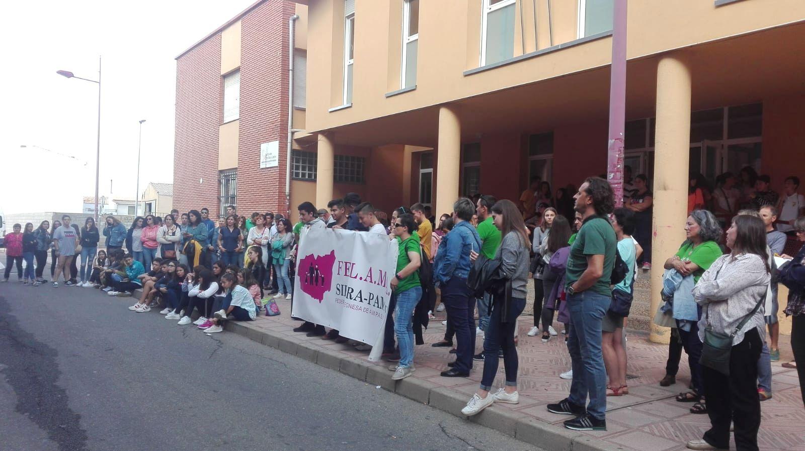 Concentración de la Comunidad Educativa en el IES de Valencia de Don Juan