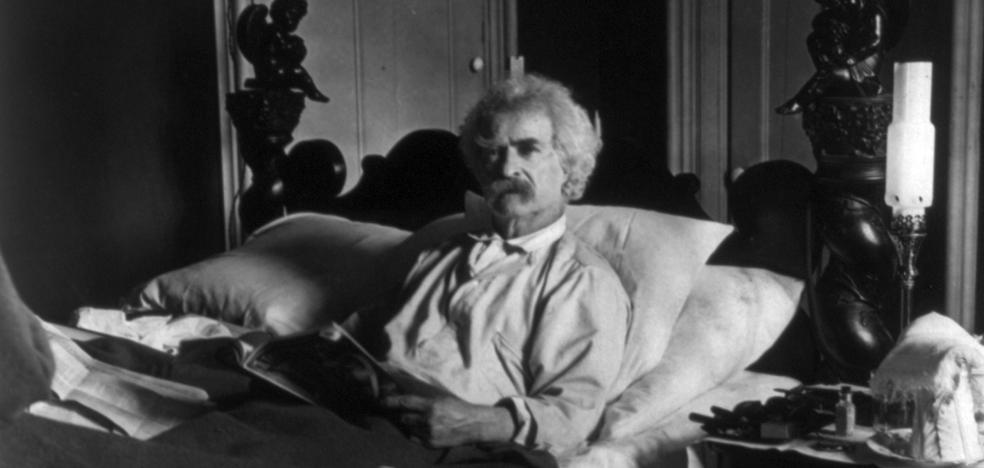 Mark Twain en la cama