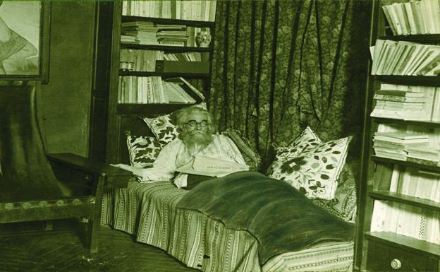 Valle-Inclán en la cama.  La manta que le cubre las piernas es un retoque fotográfico posterior.