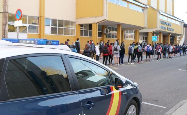 Los opositores esperan a ser llamados para entrar en las instalaciones del Hispánico.