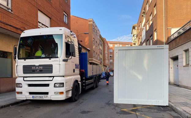 Momento en el que se instalan los contenedores en un centro de salud de León capital.