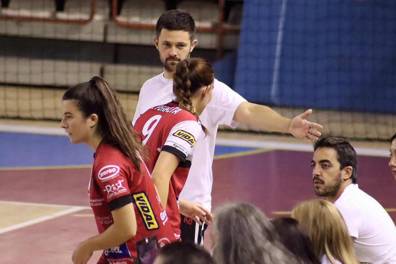Guillermo Algorri felicita a sus jugadoras.